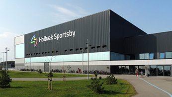 Projektet Holbæk Sportsby omfatter opførelse af Holbæk Sportsby som et fremtidssikret og bæredygtigt anlæg med svømmehal, idræts- og sundhedscenter.