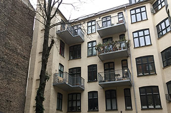 Projektet A/B HOLDBERGSGADE 7-7A omhandler projektering, fagtilsyn og byggeledelse vedrørende etablering af ny varmecentral der forsyner 11 lejligheder samt erhvervslokale i stueetagen.
