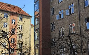 Projektet KAB FREDERIKSHOLMS KARRÉ 12 drejer sig om at forbedre sammenspil mellem de forskellige installationer i forhold til det termiske indeklima. Her står flere af installationerne til en udskiftning, og opgradering.